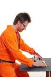 Trabalhador que mede com uma régua Fotografia de Stock Royalty Free