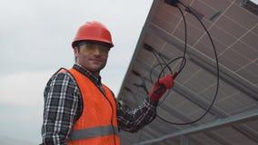 Trabalhador que monta os painéis solares Foto de Stock Royalty Free