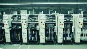 Trabalhador que monta placas de circuito eletrônico Fábrica do computador filme