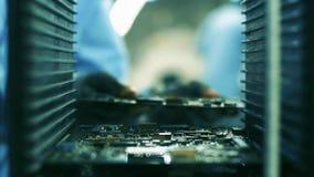 Trabalhador que monta placas de circuito eletrônico Fábrica do computador vídeos de arquivo