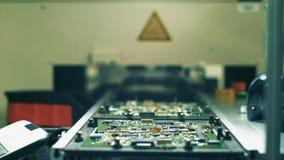Trabalhador que monta placas de circuito eletrônico Fábrica do computador video estoque