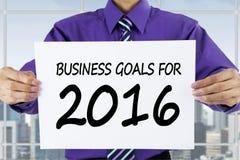 Trabalhador que mostra objetivos de negócios para 2016 no escritório Imagem de Stock Royalty Free