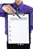 Trabalhador que mostra a prancheta com objetivos para 2016 Fotografia de Stock Royalty Free