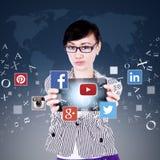 Trabalhador que mostra a tabuleta com ícone social da rede Imagens de Stock
