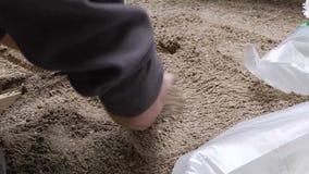 Trabalhador que põe a areia no formulário filme
