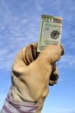 Trabalhador que prende uns vinte dólares Bill Fotografia de Stock Royalty Free