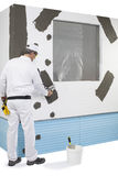 Trabalhador que reforça um quadro de janela Foto de Stock Royalty Free