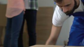 Trabalhador que remove caixas, fundo de grito da família nova, dificuldades financeiras vídeos de arquivo