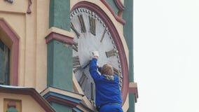 Trabalhador que remove o pulso de disparo antigo da igreja ortodoxa velha vídeos de arquivo