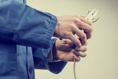 Trabalhador que repara um cabo bonde Fotos de Stock Royalty Free