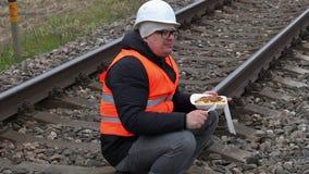 Trabalhador que senta-se e que come na estrada de ferro vídeos de arquivo