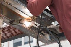 Trabalhador que solda o aço Fotografia de Stock