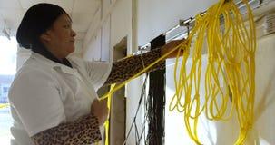 Trabalhador que trabalha na corda que faz a indústria 4k video estoque