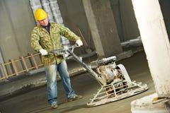 Trabalhador que trowelling e que termina do concreto Foto de Stock Royalty Free