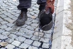 Trabalhador que usa a cubeta do alcatrão ou do passo, alcatrão líquido de espalhamento 2 Imagem de Stock Royalty Free