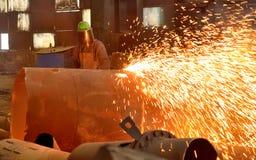 Trabalhador que usa o cortador da tocha imagem de stock