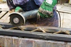 Trabalhador que usa o moedor de ângulo Fotografia de Stock Royalty Free