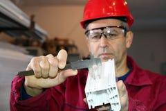 Trabalhador que usa Vernier Caliper Fotografia de Stock