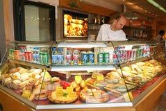 Trabalhador que vende o sanduíche em um restaurante de Locarno em Switzerlan Fotos de Stock Royalty Free