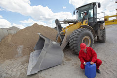 Trabalhador que verifica a lata da gasolina imagem de stock