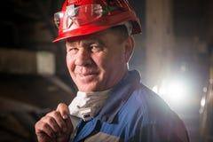 Trabalhador que veste uma máscara protetora foto de stock