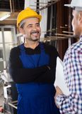 Trabalhador satisfeito na fábrica das janelas do PVC Foto de Stock