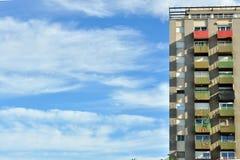 Trabalhador simétrico da vizinhança que constrói o fundo do céu azul Imagem de Stock
