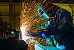 Trabalhador, soldando em uma fábrica do carro Foto de Stock