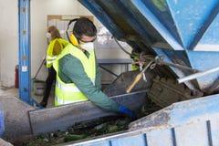 Trabalhador waste do vidro em reciclar a facilidade foto de stock