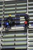 Trabalhadores Abseiling um edifício Fotos de Stock