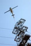 Trabalhadores Airlifting do helicóptero da linha eléctrica Imagens de Stock