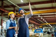 Trabalhadores alegres na planta fotografia de stock