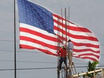 Trabalhadores americanos e uma bandeira Fotos de Stock