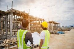 Trabalhadores asiáticos do coordenador de construção do homem de negócio no terreno de construção Fotografia de Stock Royalty Free