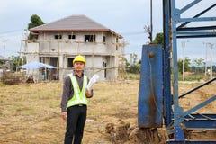 Trabalhadores asiáticos do coordenador de construção do homem de negócio no terreno de construção Fotos de Stock Royalty Free