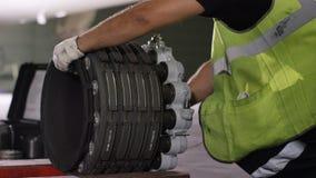 Trabalhadores calmos que controlam a máquina e os chassis dos aviões O mecânico da manutenção de aviões inspeciona o chassi plano fotografia de stock
