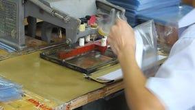 Trabalhadores chineses em uma fábrica plástica filme