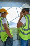 Trabalhadores com plantas baixas Fotografia de Stock Royalty Free