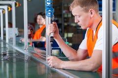Trabalhadores concentrados na linha de produção imagens de stock royalty free