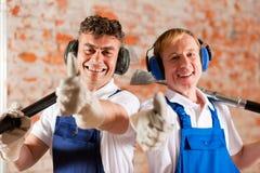 Trabalhadores da construção amigáveis com batidas acima fotografia de stock royalty free