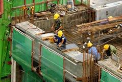 Trabalhadores da construção em elevado-r Imagem de Stock