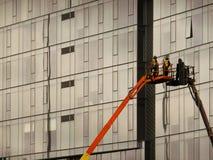 Trabalhadores da construção em um elevador Imagens de Stock Royalty Free