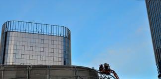 Trabalhadores da construção na plataforma móvel da construção hidráulica imagem de stock