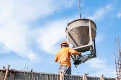 Trabalhadores da construção da construção no concreto de derramamento do canteiro de obras no formulário fotos de stock