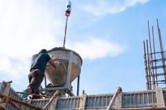 Trabalhadores da construção da construção no concreto de derramamento do canteiro de obras no formulário foto de stock royalty free
