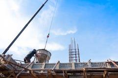 Trabalhadores da construção da construção no concreto de derramamento do canteiro de obras no formulário imagens de stock royalty free