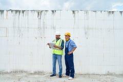 Trabalhadores da construção que discutem a construção fotos de stock