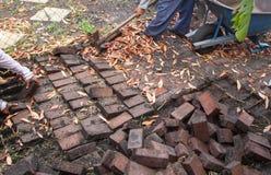 Trabalhadores da construção que escavam acima tijolos Fotografia de Stock