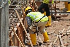 Trabalhadores da construção que fabricam o molde da madeira Imagem de Stock