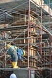 Trabalhadores da construção que fabricam o molde da madeira Foto de Stock